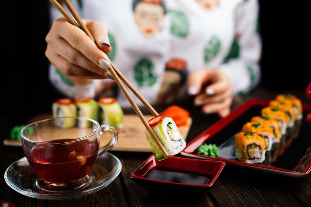 Как правильно держать китайские палочки для суши