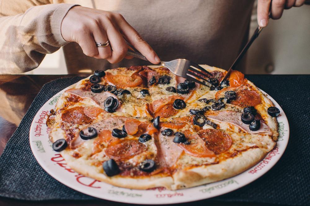 Как правильно кушать пиццу