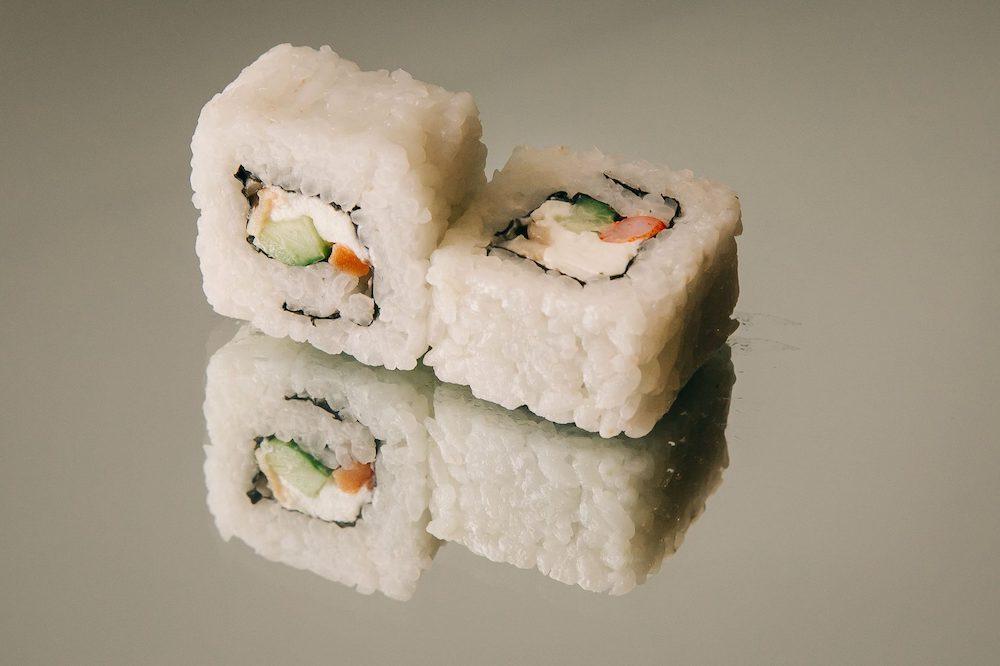 Роллы рисом наружу чем отличаются от обычных
